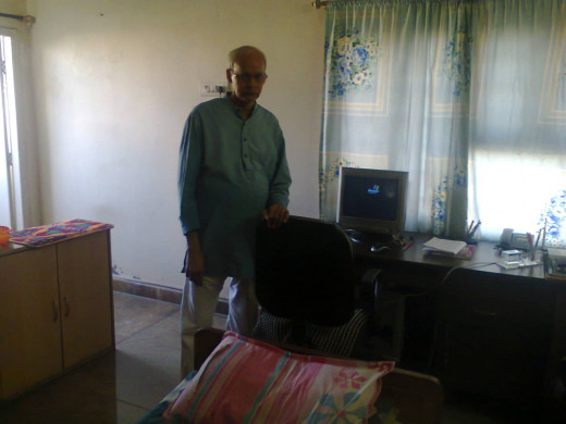 This is your hubber Venkat (venkatachari) with his computer in his bedroom-cum-office.