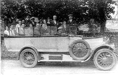 1920's bus makes quite a scene