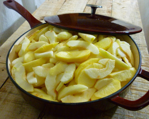 Apple slices ready to be baked.