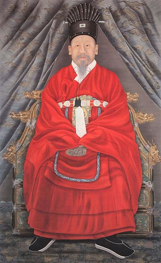 Portrait of Emperor Gojong, Yi Myeong-bok, wearing Tongcheonggwan and Gangsapo