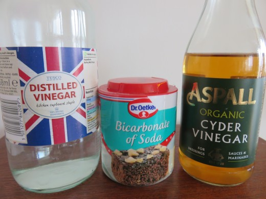 Apple cider vinegar, white vinegar and baking soda remove mineral buildup and reduce oiliness in hair