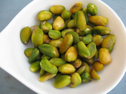 Blanched pistachio kernels without skins