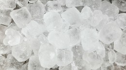 Ice shavings can soothe an inflamed and swollen tongue. Ice cubes should be broken up before being put into the mouth.