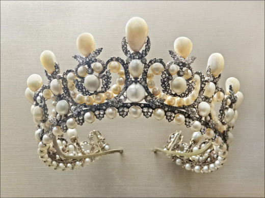 It have 212 natural Pearls, Louvre, Paris