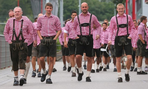 Bayern Munich players don their Lederhosen in annual trip to Oktoberfest