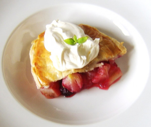 Apple, blackberry and cinnamon pie served cold with fresh cream
