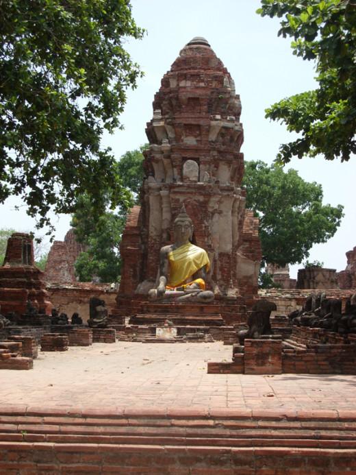 Wat Mahathat Chedi and Buddha