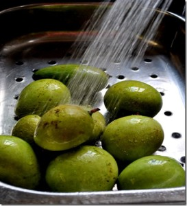 1. Wash mangoes in cold running water in order to remove any dirt on them.