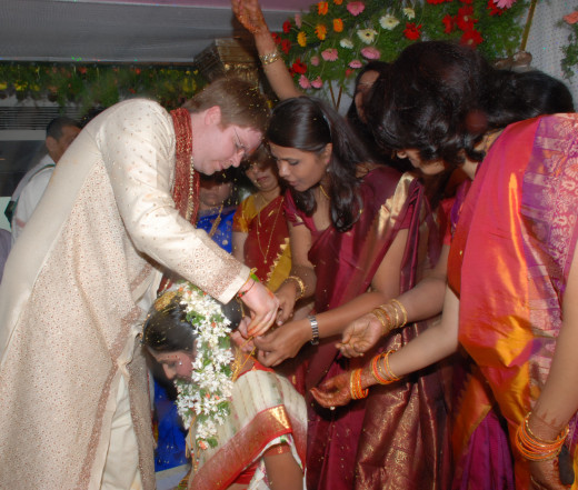 tying the mangalsutra in bride's neck