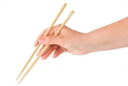 Source : inhabitat.com (http://assets.inhabitat.com/wp-content/blogs.dir/1/files/2013/03/disposable-chopsticks-537x359.jpg)