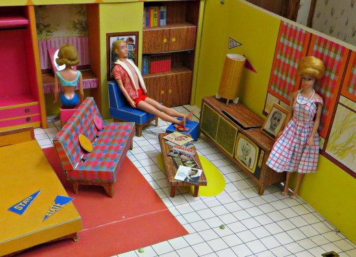 Now Barbie had very nice furniture back in 1962. She had a large Curtis Mathes looking state of the art console television, and tasteful accessorize.