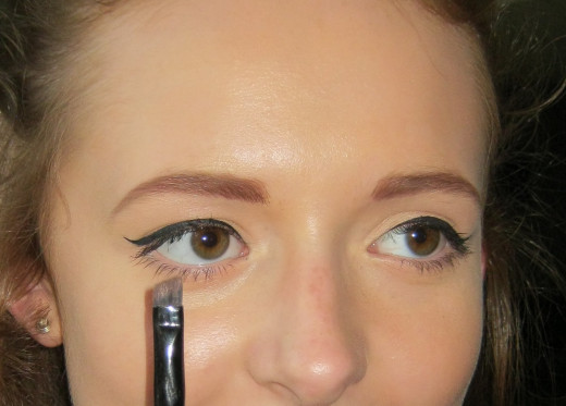 Perfect eyebrows achieved using a brush and powder