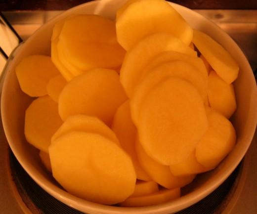 Peeled and sliced potatoes.