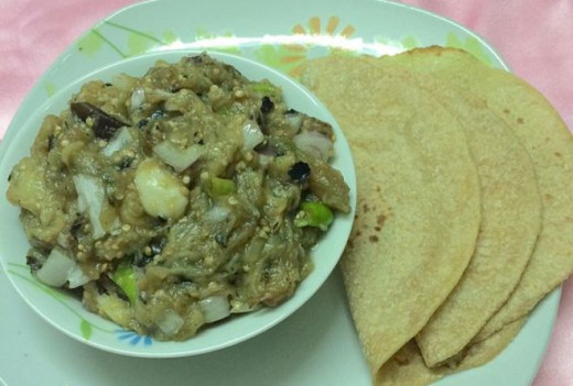 Baingan Ka Bharta without the tadka is served with rotis