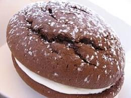 Whoopie Pie with sugar dusting