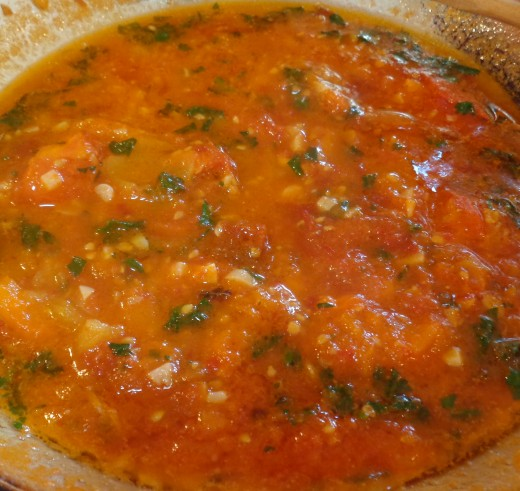 Quick tomato sauce with garlic and parsley ready to serve