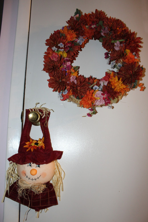 The scarecrow likes the wreath.