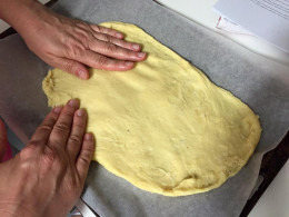 Spread the dough out thinly and evenly on the baking paper.