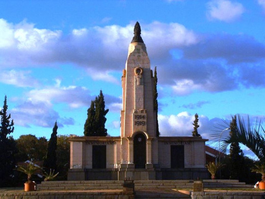 """World War I memorial in Kimberley"" by  Anne97432 @ Wikimedia Commons -"