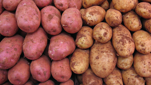 Raw red and white potatoes.