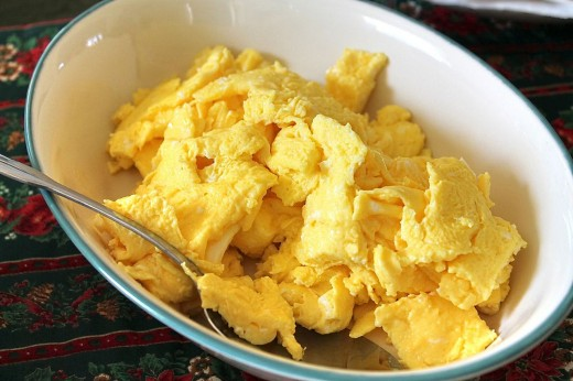 Perfectly cooked scrambled eggs should contain large soft curds. Discover the secrets of cooking scrambled eggs here. | Source: Tom Ipri [CC BY-SA 2.0], https://commons.wikimedia.org/wiki/File%3AScrambled_eggs-01.jpg