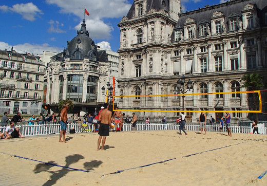 Beach volleyball in front of Hotel de Ville.