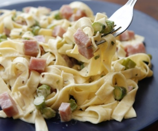 Fettuccine Alfredo can be enjoyed as a lunch dish and snack.