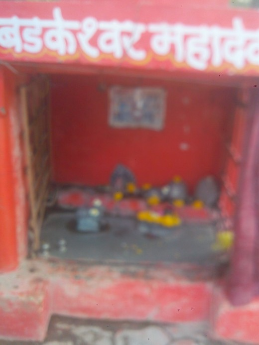 Mahadev Temple on footpath, Near Electricity Transformer, Sch. 78, Outside Atal Behari Khel Parisar, Indore
