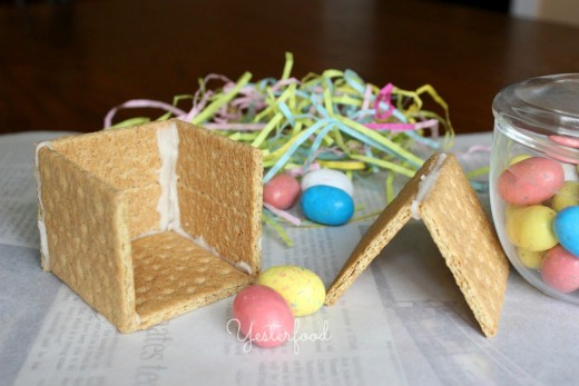 Make a fun and edible Easter PEEPS house with your kids - it's so easy to assemble and the ingredients you need are inexpensive.  Look how cute these PEEPS chick houses are!