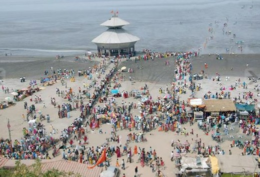 Stambheshwar Mahadev Temple - People visiting the temple for blessings during Low Tide