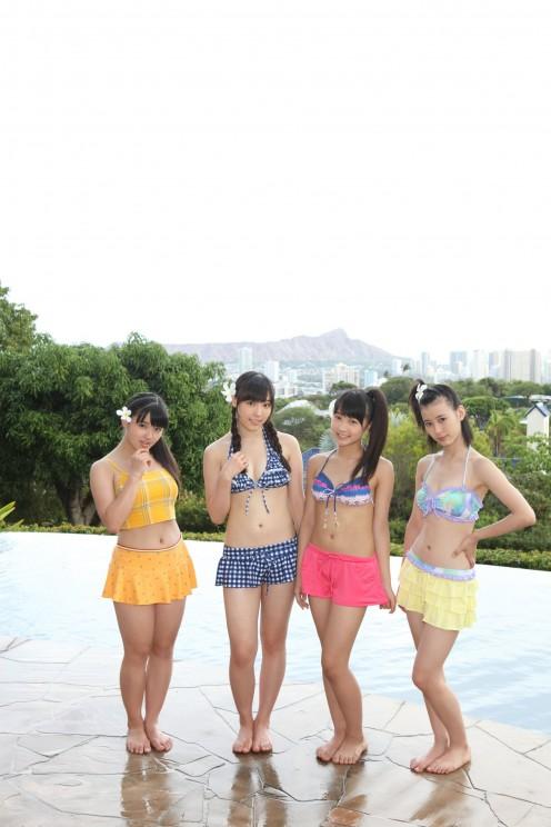 From left to right: Kanon Suzuki, Mizuki Fukumura, Riho Sayashi, and Erina Ikuta all in bikinis!