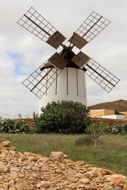 A reminder of the importance of wind, harnessed as windpower, on Fuerteventura. This windmill with an associated museum stands in the village of Tiscamanita