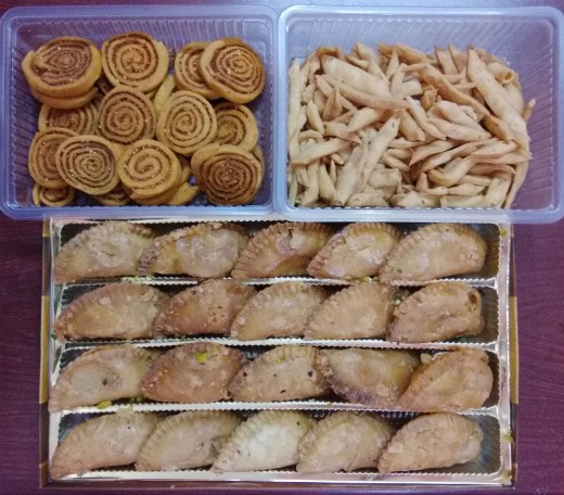 Gujiya With NamakPaare & Bhakar Badi