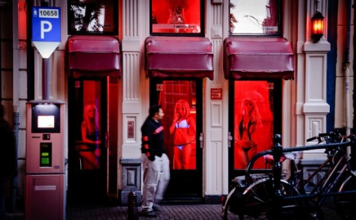 When night falls, you will be overwhelmed by red light emanating from around the door frame. There are thousands of tourists along the narrow streets near the red light district's name, channel line-Red Light District. They see the girls are showing