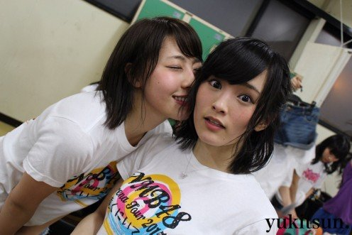 Idol singer Rena Fujie (left) kisses Sayaka Yamamoto of NMB48. If I was her I would want to do that too! She is so beautiful!