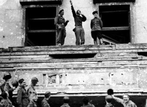 Allied soldiers mock  Hitler atop his balcony  at the Reich Chancellery. Photo taken in 1945.