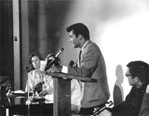 Rod Serling is speaking in front of a large audience.