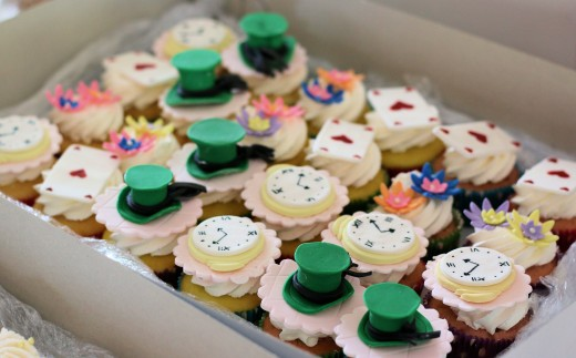 Alice in Wonderland-themed cupcakes.