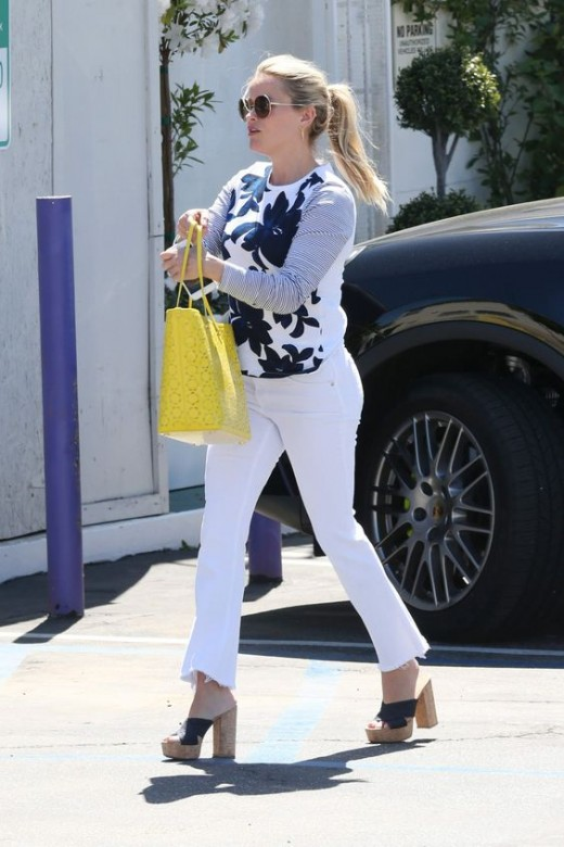 Reese Witherspoon is a summer gal. Looking great in white skinny jeans