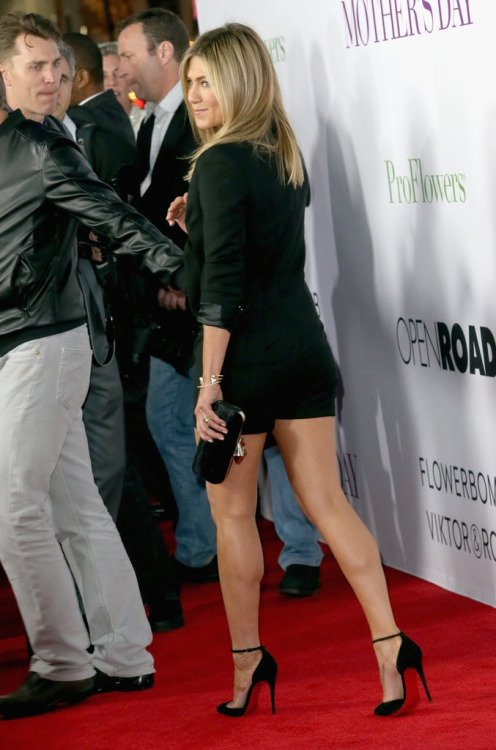 Jennifer Aniston great legs in a LBD and high heels on the red carpet