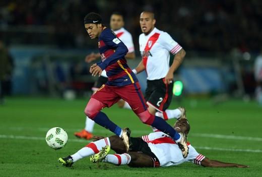 Éder Álvarez Balanta (in white jessy) challenging Neymar.