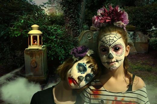 Fantasía gótica retratada por dos chicas jóvenes.