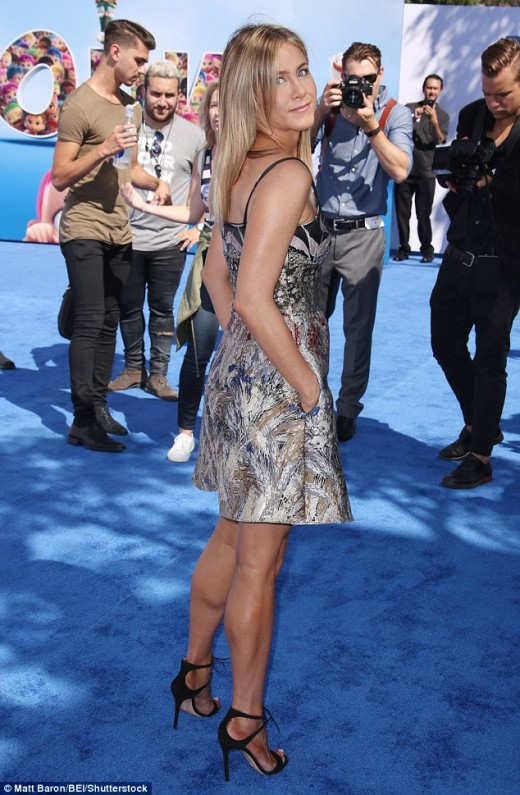 Jennifer Aniston toned legs in a short dress for 'Storks' premiere