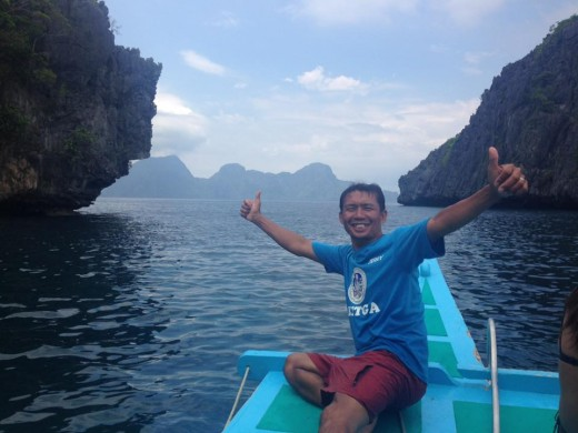 A tour operator summons you to visit El Nido