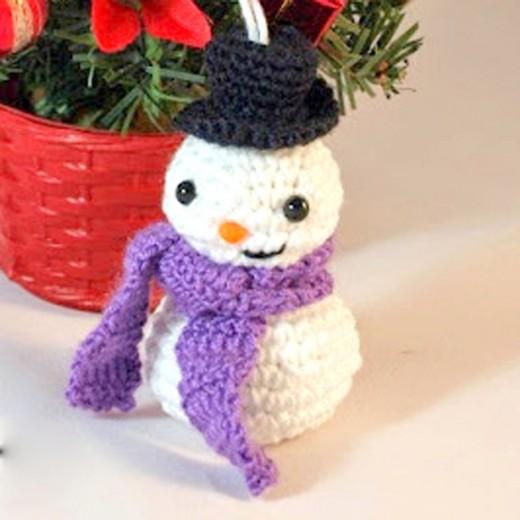 Free crochet patterns amigurumi snowman Christmas ornament.
