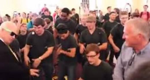 American choir singing hakuna Mungu kama wewe. Click link to watch video