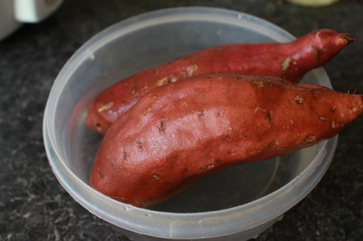 Clean and wash sweet potatoes with water.