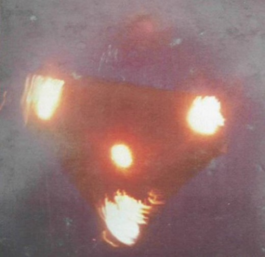 This is a UFO; the lights are gravity projectors, and was independently confirmed by an ex-Area 51 scientist.