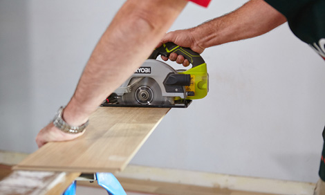 Cutting laminate flooring from the center.