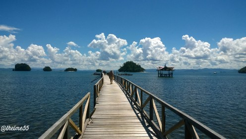 The bridge to the boat for island hopping. The front view are the islets of Britania.